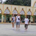 Sejumlah wisatawan mancanegara terlihat menikmati kunjungan ke Islamic Center, di Mataram, Senin, 16 Maret 2020.(Suara NTB/alfan)