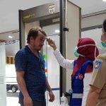 Salah seorang warga negara asing dicek kondisi suhu tubuh dan screening di Lombok Epicentrum Mall, Senin, 16 Maret 2020. Pengecekan ini dilakukan Pemkot Mataram untuk mengeliminasi sebaran Covid-19 di pusat keramaian di Mataram. (Suara NTB/viq)