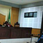 Terdakwa pungli pencairan ADD Kecamatan Sekotong Ramang (kanan) menjalani sidang tuntutan, Senin, 16 Maret 2020. (Suara NTB/why)