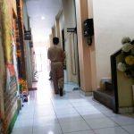 Saksi ahli kesehatan menunggu di depan ruang Unit II Subdit IV Ditrsekrimsus Polda NTB untuk dimintai keterangan terkait kasus klinik di Gili Indah, Pemenang, Lombok Utara. (Suara NTB/why)