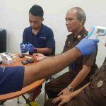 Tim Medis Rumah Sakit Siloam saat memeriksa suhu tubuh Kajati NTB Nanang Sigit Yulianto dan jajaran, Senin, 9 Maret 2020. (Suara NTB/ist_penkum)