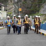 Kajati NTB Nanang Sigit Yulianto dan jajaran saat meninjau pembangunan bendungan Rababaka Kompleks. (Suara NTB/penkum)