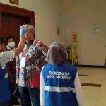 Petugas kesehatan dari Dinas Kesehatan Kota Mataram, memeriksa suhu tubuh peserta dan tamu pada pertemuan Munas Adeksi menggunakan alat pemindai suhu tubuh. Pemeriksaan ini sebagai antisipasi penyebaran virus corona. (Suara NTB/cem)