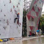 Hujan membasahi arena panjat tebing, Gelanggang Pemuda Mataram, Jumat, 6 Maret 2020 kemarin, namun sejumlah atlet panjat tebing masih tetap memanjat hingga program latihan selesai. (Suara NTB/fan)