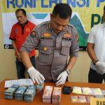 Kabid Humas Polda NTB Kombes Pol Artanto (tengah) Selasa, 10 Maret 2020 menunjukkan barang bukti uang tunai, sabu, dan ekstasi yang disita dari tersangka GR (paling kiri) di BTN Sandik, Gunungsari, Lombok Barat. (Suara NTB/why)