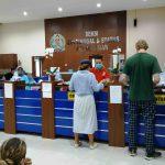 Warga negara asing tampak mengurus layanan visa di Kantor Imigrasi Kelas I TPI Mataram, Jumat, 13 Maret 2020 dengan dilayani petugas yang menggunakan masker di tengah antisipasi wabah virus Corona COVID-19.(Suara NTB/why)