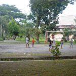 Beberapa bocah tengah bermain voly di RTH Pagutan, Jumat, 13 Maret 2020. Selama ini, RTH Pagutan belum bisa dimanfaatkan optimal oleh Pemerintah Kota Mataram. (Suara NTB/viq).