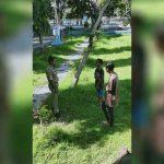 Petugas Satpol PP Kabupaten Sumbawa saat menemukan beberapa pelajar berkeliaran di luar rumah. (Suara NTB/ist)