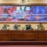 Asisten Setda Sumbawa, H. Iskandar D, bersama narasumber seminar pencegahan corona di Sumbawa, Jumat, 6 Maret 2020. (Suara NTB/ist)