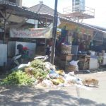 Salah satu TPS ilegal di pasar Monjok, Selasa, 3 Maret 2020. Pemkot belum bisa mengatasi banyaknya TPS ilegal di beberapa lokasi di Mataram. Tulisan besar berupa larangan membuang sampah pun tidak dihiraukan warga. (Suara NTB/viq).