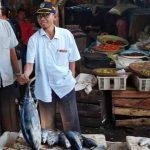 Asisten II Setda KLU, H. Rusdi, didampingi Kepala Dinas Perindustrian Perdagangan Koperasi dan UMKM, H. Raden Nurjati saat inspeksi ke Pasar Tanjung, Jumat, 20 Maret. (Suara NTB/ari)