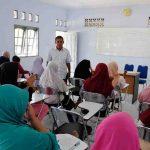H. Muhammadun memberikan pengarahan kepada puluhan calon pekerja migran di BLK LN Lombok Mandiri. para calon pekerja migran ini akan dipulangkan sementara, sembari menunggu dunia pulih akibat wabah virus corona.(Suara NTB/bul)