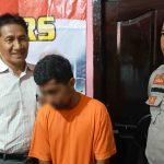 Tersangka pencurian laptop dan jam tangan Kepala BPK NTB, Fahmi (kanan) dalam pengawalan penyidik Polsek Mataram, Selasa, 3 Maret 2020. (Suara NTB/why)