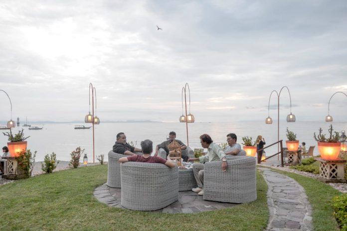 Bupati Lobar bersama Kadis Pariwisata dan pelaku wisata menikmati kopi di pinggir pantai kawasan Senggigi yang indah (Suara NTB/ist)